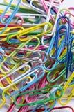 Uma coleção dos clipes em uma superfície branca Fotografia de Stock