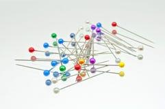 Uma coleção dos pinos coloridos de encontro Imagem de Stock