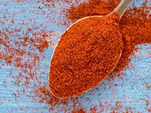 Uma colher de empilhamento das especiarias da paprika, pó dispersou no fotografia de stock