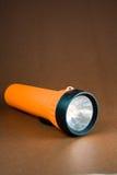 Uma colocação de brilho da lanterna elétrica alaranjada em seu lado. Imagem de Stock Royalty Free