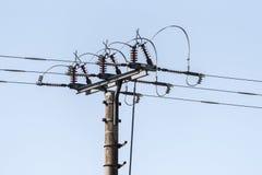 Uma coluna com fios bondes e fios por todos os lados Fotografia de Stock Royalty Free