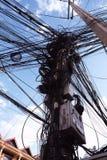Uma coluna das linhas el?tricas com um grande n?mero de fios tangled Linha el?ctrica el?trica Caos e o colapso da rede urbana da  imagens de stock