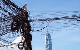 Uma coluna das linhas el?tricas com um grande n?mero de fios tangled Linha el?ctrica el?trica Caos e o colapso da rede urbana da  imagem de stock