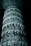 Uma coluna de pedra cinzelada altamente ornamentado dentro do templo de Chennakeshava, Belur, Karnataka, Índia imagem de stock royalty free