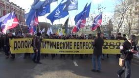 Uma coluna dos protestadores no março na memória de Boris Nemtsov h filme