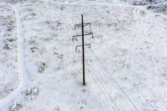 Uma coluna no meio de um campo bloqueado pela neve fotografia de stock royalty free