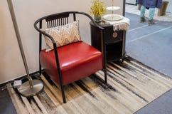 Uma combinação de lâmpada de assoalho, de cadeira do sofá e de tabela de chá fotografia de stock