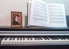 Uma composição da partitura e do teclado de piano Elementos do interior da sala de aula da música Imagens de Stock Royalty Free