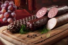 Uma composição de sortes diferentes das salsichas fotos de stock royalty free