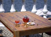 Uma composição de um chá do fruto do verão com morangos frescas e o corinto natural em um fundo de madeira healthful fotografia de stock royalty free