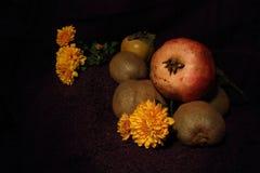 Uma composição dos frutos e das flores fotografia de stock
