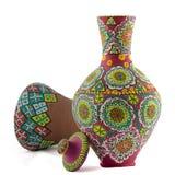 Uma composição pintada da cerâmica de uma embarcação bebendo e um cálice rufam imagens de stock