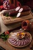 Uma composição de sortes diferentes das salsichas Imagens de Stock Royalty Free