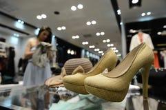 Uma compra da moça veste-se em uma loja de roupa das mulheres Fotos de Stock