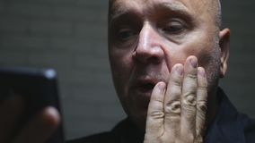 Uma comunicação assustado e desapontado de Text Using Cellphone do empresário fotografia de stock royalty free