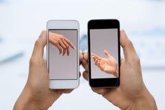 Uma comunicação através dos smartphones fotografia de stock