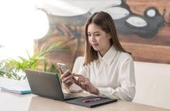 Uma comunicação da mulher de negócio fotos de stock