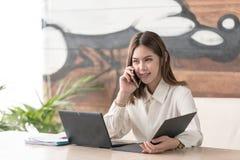 Uma comunicação da mulher de negócio foto de stock