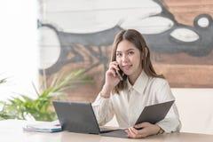 Uma comunicação da mulher de negócio que fala no telefone celular fotografia de stock royalty free