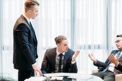 Uma comunicação da pesquisa de defeitos da reunião de negócios imagens de stock