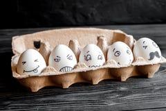 Uma comunicação das redes do conceito e emoções sociais - ovos fotos de stock