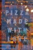 Uma comunicação do sinal: pizza feita com amor Fotos de Stock Royalty Free