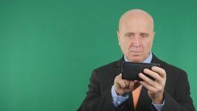 Uma comunicação em linha do telefone celular seguro de Image Text Using do homem de negócios imagem de stock royalty free
