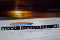 Uma comunicação global em blocos de madeira A conexão da globalização comunica o conceito imagem de stock