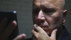 Uma comunicação preocupada de Text Using Cellphone do empresário imagens de stock royalty free