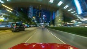 Uma condução de carro em uma rua nas altas velocidades, alcançando outros carros imagens de stock