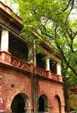 Uma construção abandonada danificada velha fotos de stock royalty free