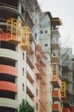 Uma construção do multi-apartamento sob a construção, fotografia vertical fotografia de stock