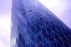 Uma construção do vidro na rua Fotografia de Stock Royalty Free