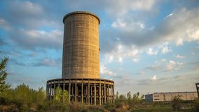 Uma construção industrial arruinada fotografia de stock