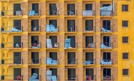 Uma construção lisa abandonada em Malaga, contendo colchões, tabelas e cadeiras Fotos de Stock