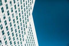 Uma construção moderna com muitas janelas fotos de stock