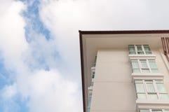 Uma construção moderna no céu azul Imagens de Stock Royalty Free