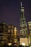 Uma construção na noite, New York do World Trade Center, do lugar de Brookfield e do Goldman Sachs Imagens de Stock Royalty Free