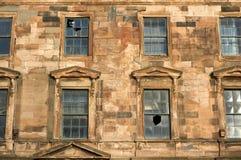 Uma construção negligenciada velha no centro de cidade que espera a demolição e a reconstrução fotografia de stock