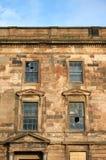 Uma construção negligenciada velha no centro de cidade que espera a demolição e a reconstrução fotografia de stock royalty free