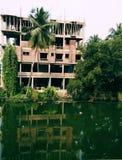 Uma construção nova além da lagoa imagens de stock royalty free