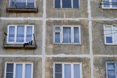 Uma construção residencial do multi-andar do período soviético Janelas e paredes sem cara cinzentas Rússia Fotos de Stock