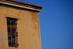 Uma construção velha com uma janela foto de stock