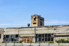 Uma construção velha dos blocos e do tijolo branco com janelas quebradas fotografia de stock royalty free