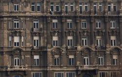 Uma construção velha que precisa a renovação em Budapest, Hungria imagem de stock