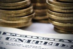 Uma conta e moedas de dólar Imagem de Stock