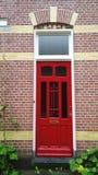 Uma cor vermelha da porta da rua típica de uma das casas nos Países Baixos Vista vertical Imagens de Stock
