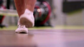 Uma corda de salto do homem no gym video estoque