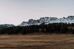 Uma cordilheira antes do nascer do sol Fotos de Stock Royalty Free