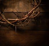 Uma coroa de espinhos em um fundo de madeira Tema de Easter fotos de stock